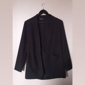 Collarless open blazer with front pockets